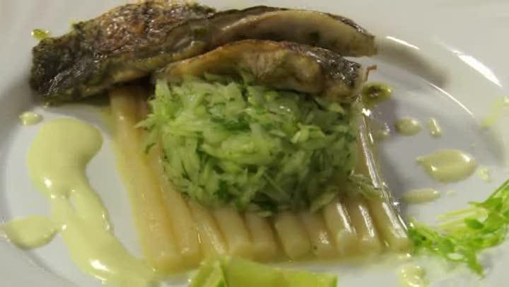 Barramundi filé serpenyőben sütve, tárkonyos zöldfűszervaj mártással, mentás uborkasalátával
