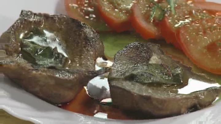 Fokhagymás sertésmáj szelet zöldfűszerekkel, bazsalikomos paradicsomsalátával